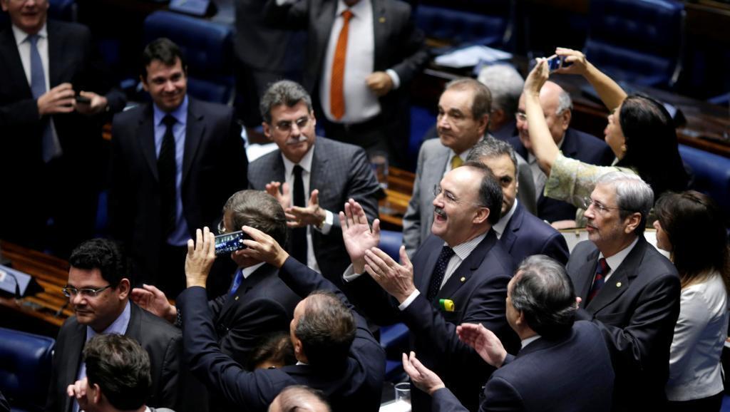 Maseneta wa mrengo wa kulia wajipongeza, baada ya kupiga kura ya mwisho ambayo inamuweka kando mamlakani Rais Dilma Rousseff.