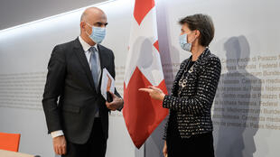 Le ministre de l'Intérieur et de la Santé suisse Alain Berset en discussion avec la présidente suisse Simonetta Sommaruga après une conférence de presse annonçant les nouvelles mesures de lutte contre le Covid-19, à Bern, en Suisse, le 18 octobre 2020.