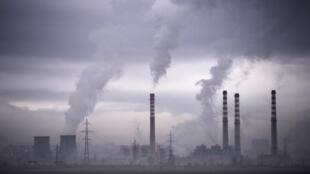 Las chimeneas de una central de energía térmica exhalan humo el 14 de febrero del año 2013 en Sofía, la capital búlgara