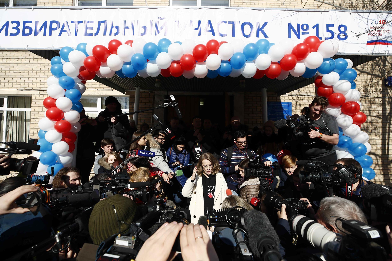 Một phòng phiếu ở thủ đô Matcơva được trang trí với màu cờ của nước Nga.