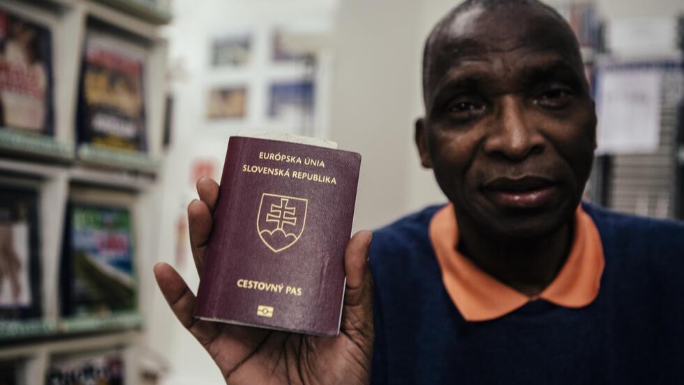 Camara Sayon, ingénieur en électroniques d'origine guinéenne avec son passeport slovaque. Bratislava, Slovaquie, 2016.