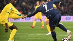 Edgar Ié, defesa luso-guineense do Nantes (esquerda), num duelo intenso com o avançado francês, Kylian Mbappé (direita).