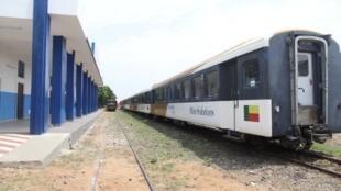 La gare de Cotonou, au Bénin est blanche et bleue, les couleurs de Bolloré qui l'a réhabilité.