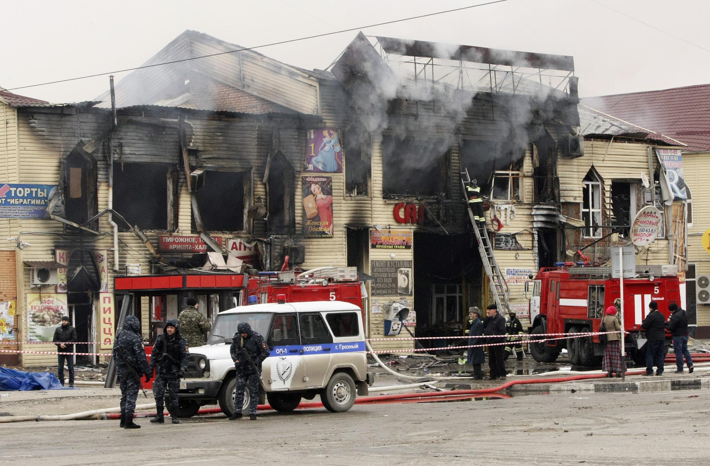 L'intervention des pompiers à Grozny, suite à l'attentat perpétré, près de la Maison de la presse, le 4 décembre 2014.