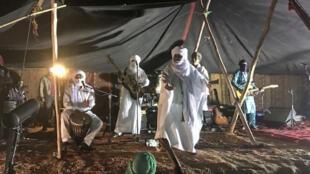 Malgré une tempête de sable, le groupe Tinariwen a tenu à jouer, la grande scène étant impraticable, les Maliens ont joué sous une tente traditionnelle.