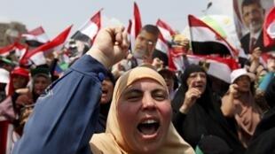 Partidários do presidente deposto Mohamed Mursi protestam na praça Rabaa Adawiya, no Cairo, nesta sexta-feira, dia 19 de julho.