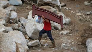 Mocoa, Putumayo, dois dias após o deslizamento de terra que devastou a cidade, os moradores tentam salvar os poucos bens que restam.