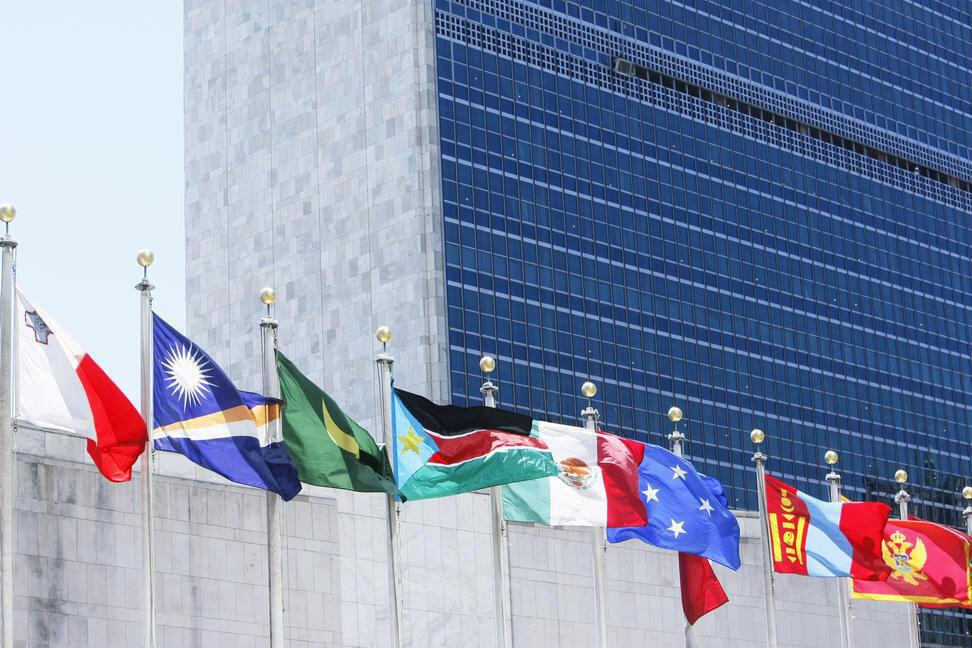 紐約聯合國總部門前飄揚的成員國旗幟。