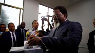 Le président de la République démocratique du Congo, Joseph Kabila, a voté dans un bureau de vote à Kinshasa, en République démocratique du Congo, le 30 décembre 2018.