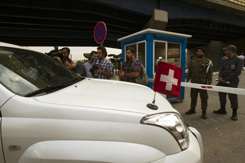 Автомобиль швейцарского посла в Иране Ливии Леу Агости въезжающий на территорию тюрьмы Эвин в Тегеране 21/09/2011