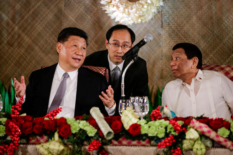 Chủ tịch Trung Quốc Tập Cận Bình và tổng thống Philippines Rodrigo Duterte (P) trong buổi tiệc tối ở dinh tổng thống Malacanang, Manila, 20/11/2018.