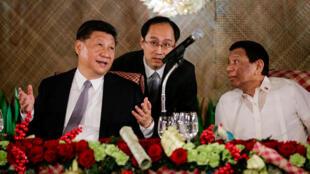 Chủ tịch Trung Quốc Tập Cận Bình (T) và tổng thống Philippines Rodrigo Duterte (P) trong buổi tiệc tối ở dinh tổng thống Malacanang, Manila, 20/11/2018.