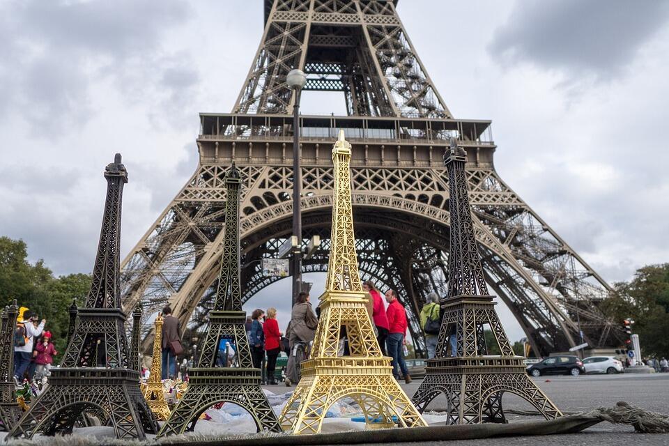 Tháp Eiffel là công trình thu hút du khách toàn thế giới đến Paris.