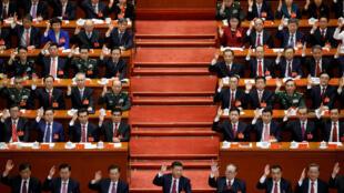 Chủ tịch Trung Quốc Tập Cận Bình và các đại biểu trong một cuộc bầu phiếu lúc bế mạc Đại hội thứ 19 ĐCSTQ. Ảnh tại Bắc Kinh, ngày 24/10/2017.