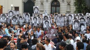 Des manifestants contre le pardon accordé à Fujimori par l'actuel président Kuczynski, brandissent les portraits des victimes de la dictature péruvienne des années 1980 et 1990.