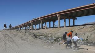 Migrantes cruzan el Río Bravo para llegar a El Paso, Texas, desde Ciudad Juárez, México