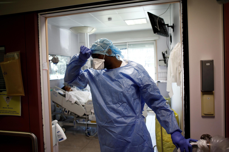 """بیمارستان """"آمبروآز پاره"""" در حومۀ پاریس: کادر درمانی از احتمال اشباع شدن دوبارۀ بیمارستانها سخت نگران است"""