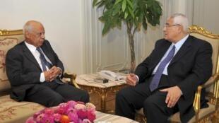 Hazem el-Beblaoui (g) s'entretient avec le président par intérim Adly Mansour, le 9 juillet 2013 au Caire.