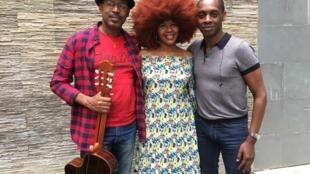Fantcha acompanhada de Bau, guitarrista, e de Claudy Siar.