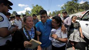 Daniel (ao centro), 16 anos, sobrevivente do incêndio do centro Virgen de Asuncion, na Guatemala, em 8 de março de 2017.