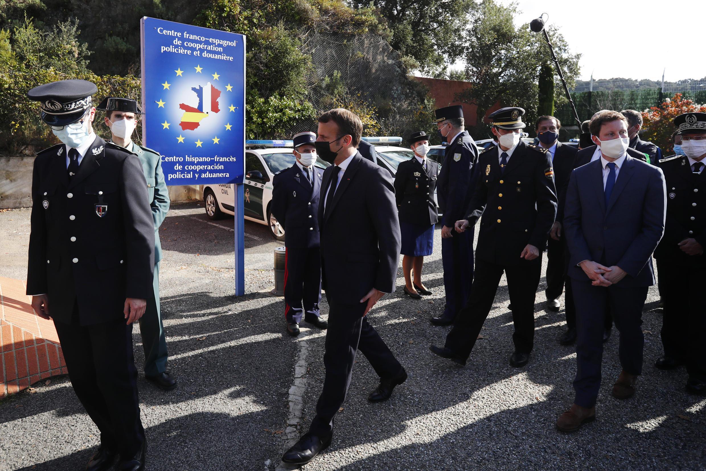 O  Presidente  Emmanuel Macron no decurso da sua visita à região de Le Perthus na fronteira franco-espanhola e sudeste da França.05 de Novembro de 2020.