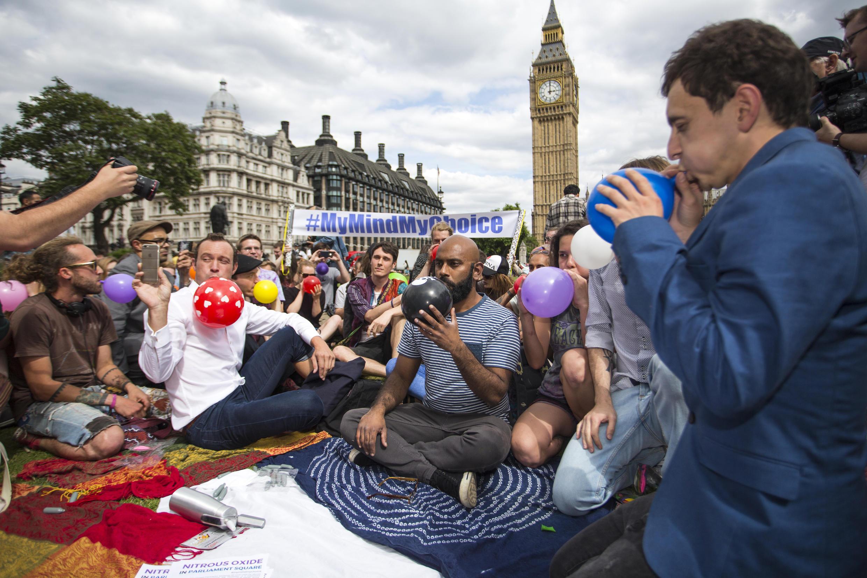 Des dizaines de personnes ont manifesté, le 1er août 2015, à Londres, contre un projet de loi visant à interdire toutes les substances psychoactives. Parmi elles, le gaz hilarant, très populaire et autorisé, qu'ils ont inhalé en signe de protestation.