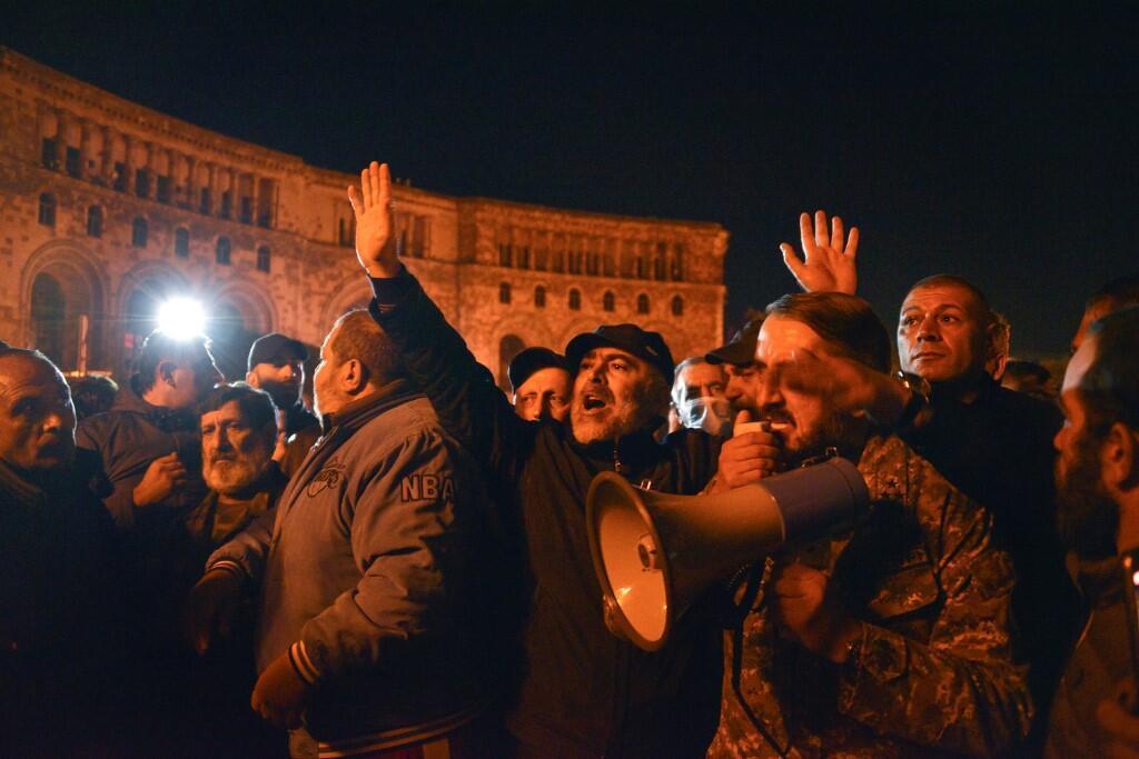 Manifestantes reuniram-se junto à sede do governo arménio.