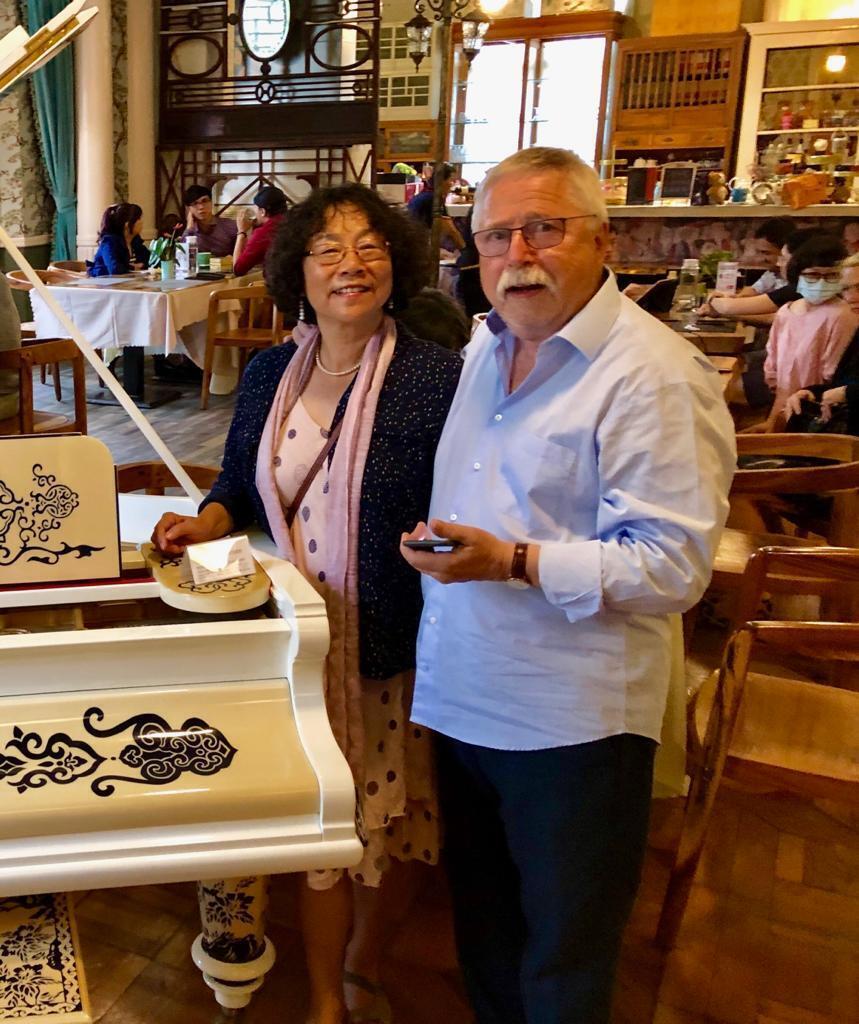《唱垮柏林墙的传奇诗人》一书作者沃尔夫·比尔曼(右)与译者,独立中文笔会会长廖天琪在台湾诗歌节 2019年9月24日