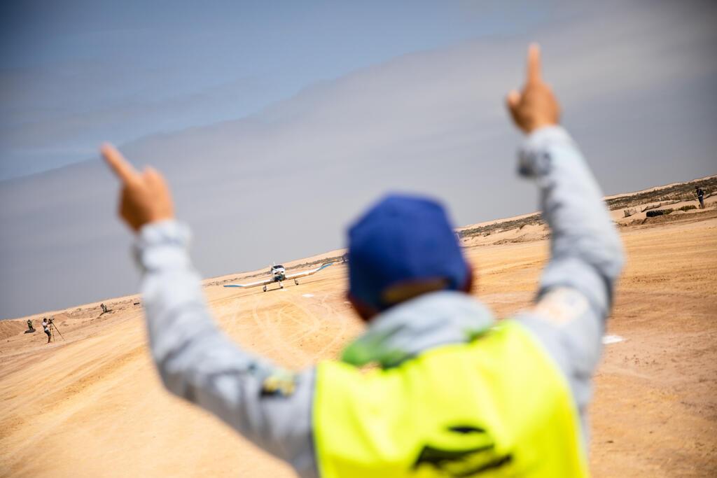 Hervé Berardi (de dos), président du Raid Latécoère-Aéropostale, fait atterrir les avions sur la piste mythique de Tarfaya dans le Sud marocain.