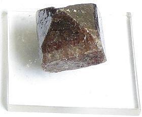 Un cristal de zircon. Le zircon est considéré comme une matière première précieuse en bijouterie.