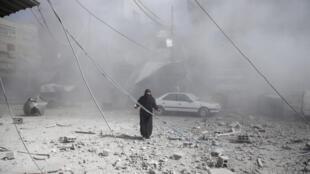 Une femme dans les ruines de la ville de Douma, dans la Ghouta orientale, au troisième jour consécutive de bombardements aériens, le 7 février.