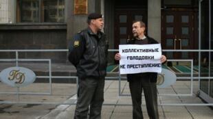 Лев Пономарев (Движение за права человека) проводит одиночный пикет протеста против запрета массовых голодовок заключенных перед зданием Государственной думы в Москве 21 сентября 2011 года