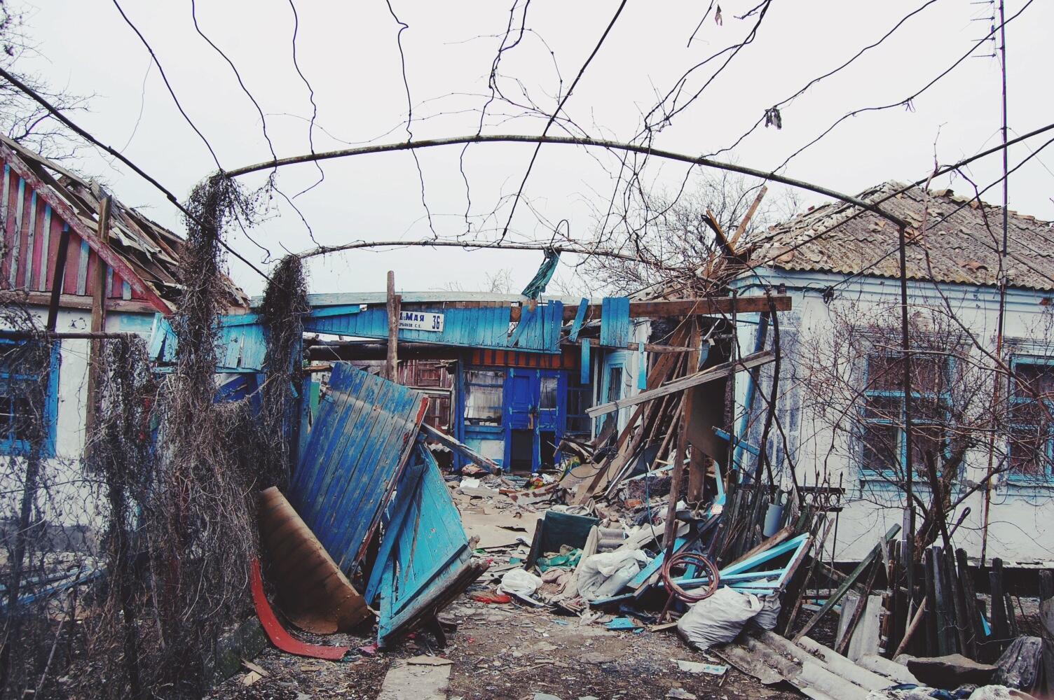 Часть домов в селе серьезно пострадала в ходе обстрелов, Павлополь, 3 марта 2015
