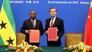 Le ministre chinois des Affaires étrangères Wang Yi et son homologue Urbino Botelho ont signé un communiqué commun sur l'établissement des relations diplomatiques à Pékin, ce lundi 26 décembre.