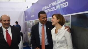 Anil Ambani (centre), au côté de Florence Parly, ministre française de la Défense et d'Eric Trappier, PDG de Dassault, à Nagpur, en Inde, le 27 octobre 2017.