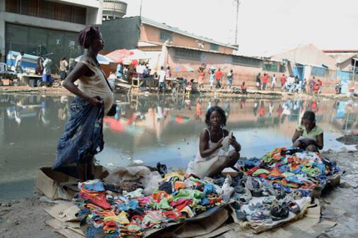 «Zungueiras» no mercado Luanda.
