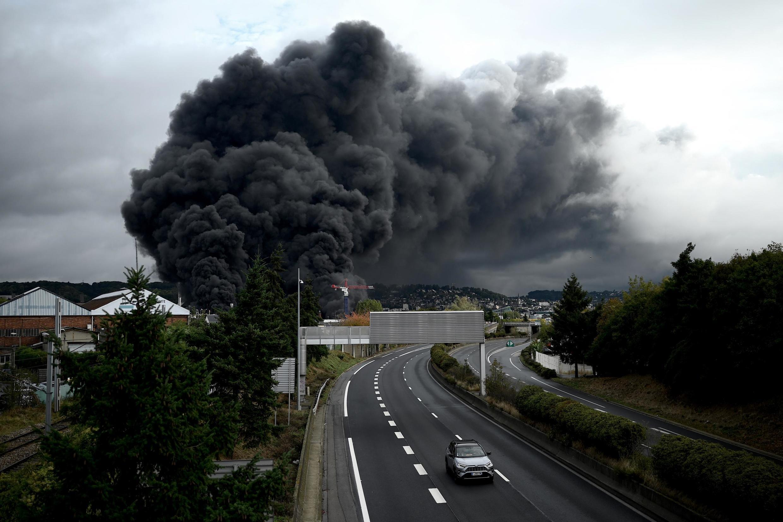 """26/09/19- As autoridades francesas alertam para um """"risco de poluição do rio Sena"""", em consequência de um impressionante incêndio em uma indústria química em Rouen (135km a noroeste de Paris)."""