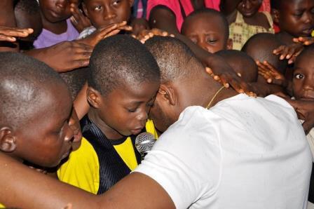 Pour son 40e anniversaire, le 15 octobre 2015, Igho Charles Sanomi, le plus jeune milliardaire du Nigeria, est allé prier avec une centaine d'enfants orphelins ou déshérités à Abuja, la capitale du pays.