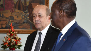 Le ministre des Affaires étrangères français Jean-Yves Le Drian et le président ivoirien Alassane Ouattara le 18 octobre 2018 à Abidjan.