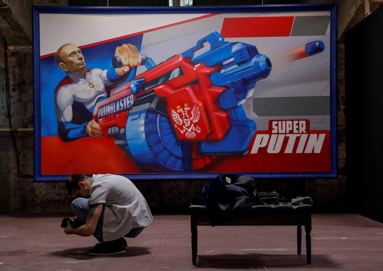 """Bức tranh tổng thống Nga Putin đang bắn rocket, được trưng bày tại triển lãm """"SuperPutin"""" tại bào tàng UMAM, Matxcơva. Ảnh chụp ngày 06/12/2017."""