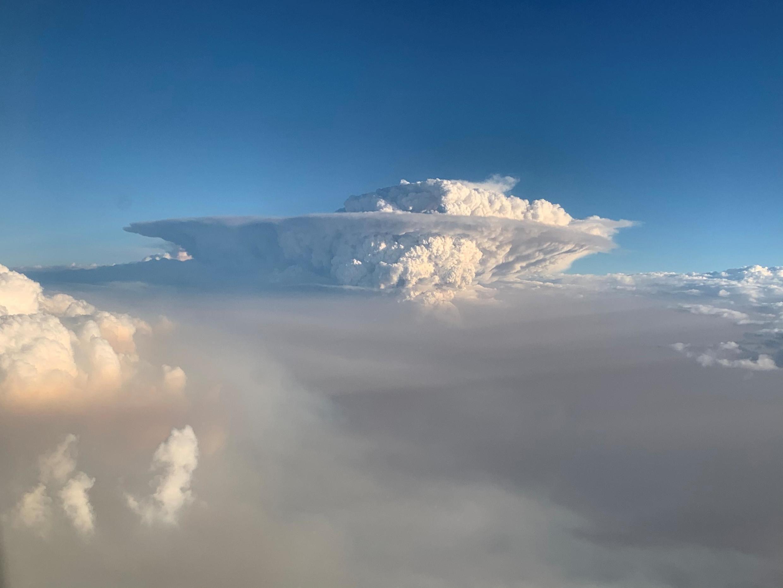 從飛機上看到澳大利亞東南部火災燃燒產生的煙雲2020年1月7日。