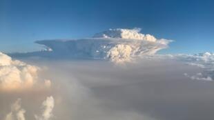 从飞机上看到澳大利亚东南部火灾燃烧产生的烟云2020年1月7日。
