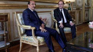 Le président français Francois Hollande (D) et son homologue mauritanien Mohamed Ould Abdel Aziz au palais de l' Elysée à Paris, le 12 avril 2017.