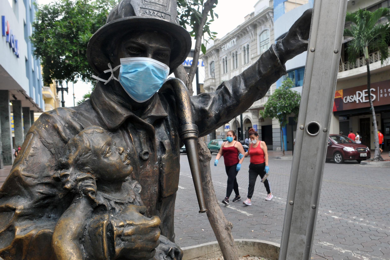 Vista de una escultura de  bomberos con una máscara facial en las calles de Guayaquil, Ecuador, el 7 de mayo de 2020, en medio de la pandemia de coronavirus