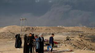 Unas personas esperan en check point de Qayyarah, en el sur de Mosul, Irak.