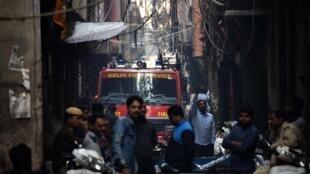 Un camion de pompiers près de l'usine où un incendie s'est déclenché le 8 décembre 2019, faisant au moins 43 morts dans le quartier Anaj Mandi de New Delhi.