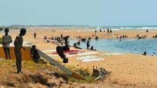 Absence totale de touristes le long des immenses plages de Farafangana à Madagascar. En octobre 2020, seuls les lavandières et les enfants fréquentent ce rivage.
