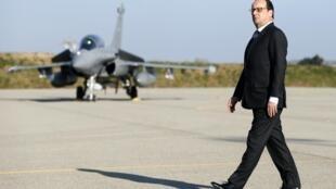 奧朗德2月19日在法國南部Istres空軍基地視察