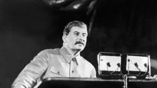 Stalin đã lãnh đạo Liên Xô từ cuối thập niên 1920 cho đến khi qua đời ngyà 05/03/1953 tại Matxcơva.