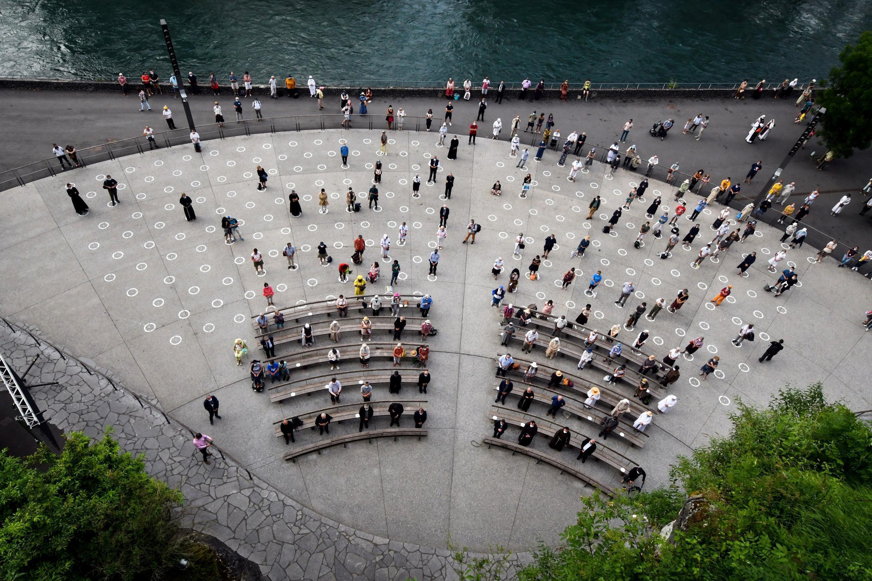 Os fiéis respeitam a distância social na Gruta de Massabielle do Santuário de Nossa Senhora de Lourdes, no sudoeste da França, em 30 de maio de 2020